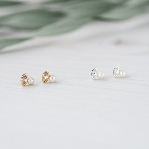 FLAWLESS STUDS-WHITE PEARL/CLEAR